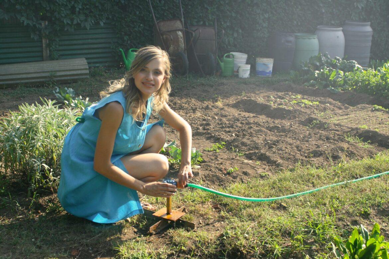 Kvinde er i haven og laver havearbejde
