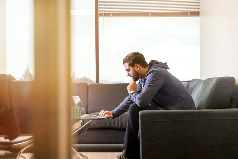 Mand bruger sin bærbar til at købe ting på nettet